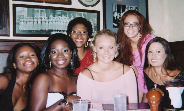 いつも私に化粧をしてくれたRAQUEALは(左2番目)、 結婚してこんなにソックリで可愛い女の子を生みました。